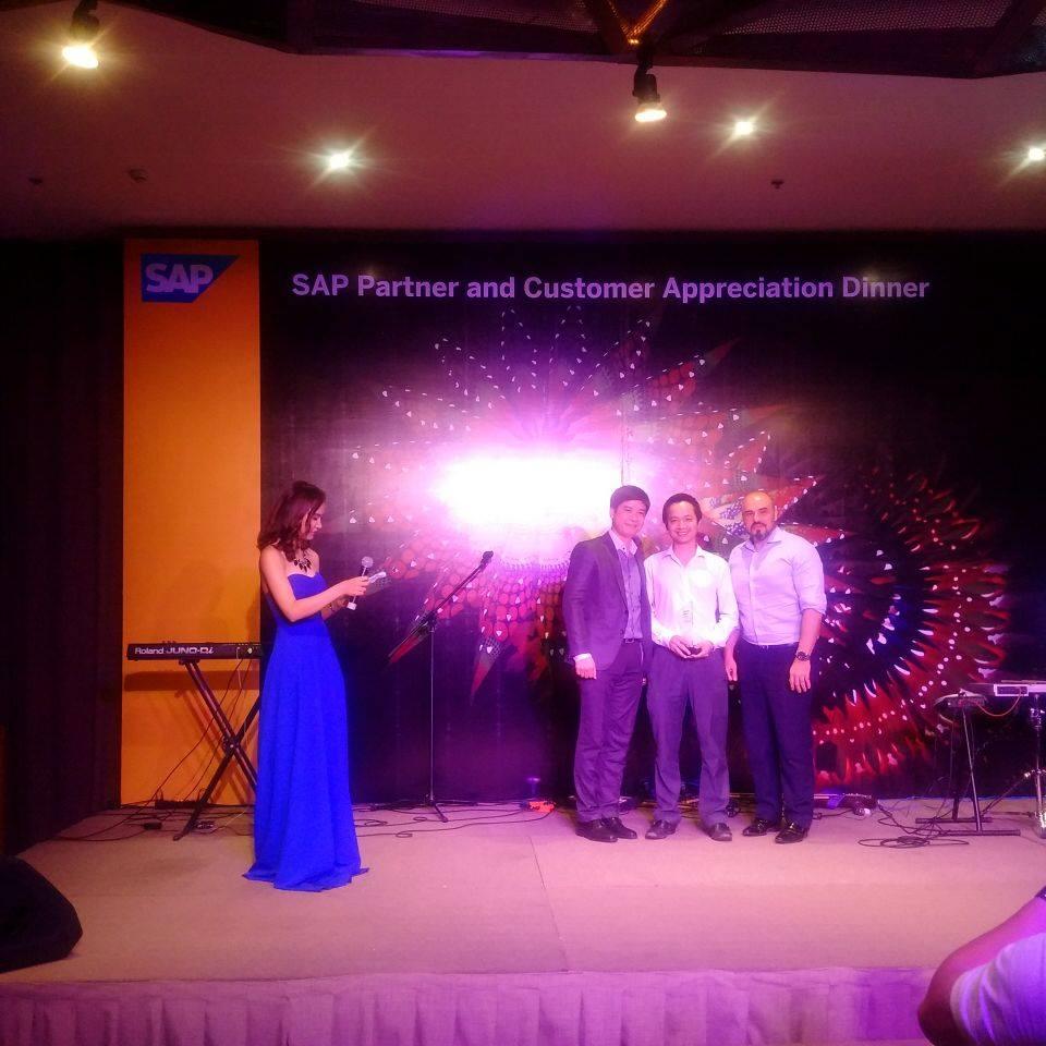 Giám đốc NextCRM ông Trần Quang Cường cùng đại diện SAP - ERP Singapore và Việt Nam tại lễ tri ân đối tác của SAP
