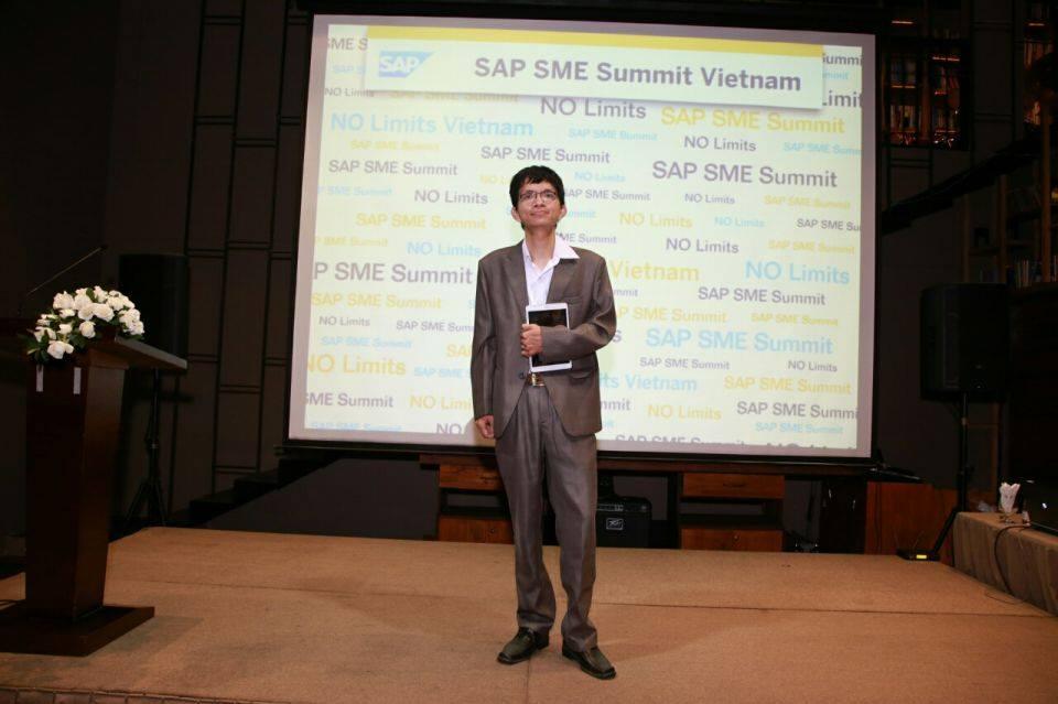Giám đốc NextCRM Miền Nam ông Trần Sỹ Hưng cùng đại diện SAP Singapore và Việt Nam tại lễ tri ân đối tác của SAP